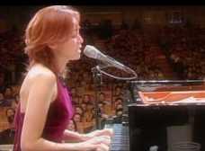 谷村有美 on piano